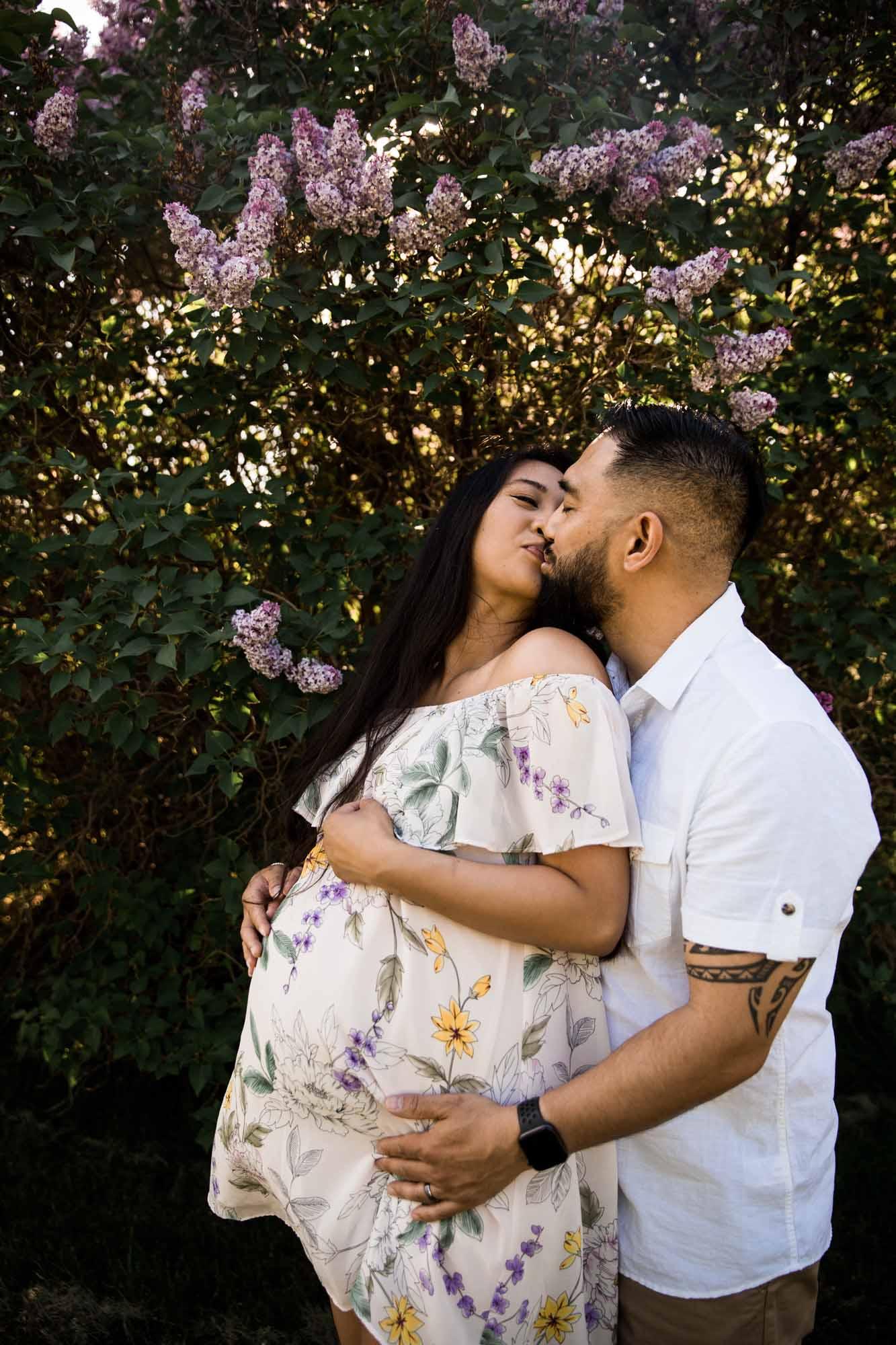 Calgary family maternity and newborn photographer, maternity photo at Baker Park